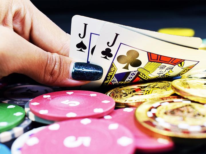 hyväntekeväisyys-pokeriturnauksen-pelaa-pokeria