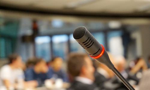 hyväntekeväisyysturnausten-järjestäjien-mikrofoni